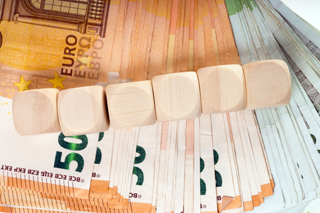 Viele Euro-Banknoten und leere Holzwürfel Standard-Bild - 101023688