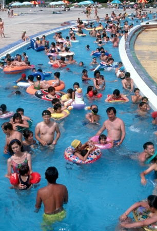 The pool through which water flows is leisure familiar for the Japanese couple and family of summer.