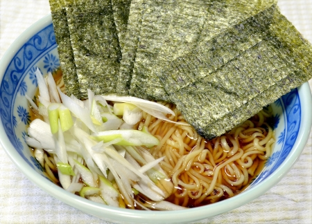 Simple soy sauce-flavored ramen of only laver and a Welsh onion