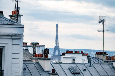 Roofs and penthouses typical of paris, with the historic tiles and chimneys Banque d'images