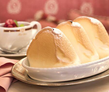 Salzbourg, Autriche-septembre 24,2017 : dessert sucré cuit moelleux appelé Salzburger Nockerl avec du sucre en poudre sur le dessus servi à l'hôtel Sacher à Salzbourg