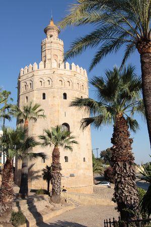 sevilla: De beroemde toren genaamd Torre del Oro in Sevilla Stockfoto