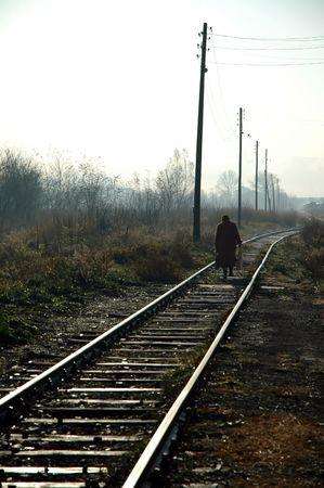 going down: Una anciana pasa por el ferrocarril
