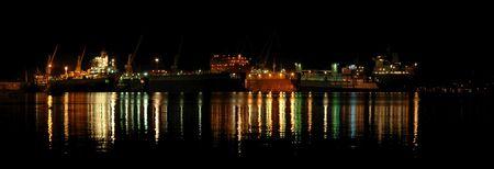 chantier naval: Panoramic photo de nuit dans un chantier naval de plusieurs navires dans ce