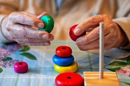 Zorg voor een zieke bejaarde die het herstel van geheugenaanpassingsvaardigheden heeft verloren Stockfoto