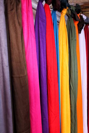 Foulards colorés à vendre au Maroc, également connu sous le nom de shesh (turban touareg). Banque d'images