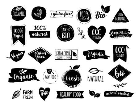 saludable logo: Bio, Ecología, logotipos orgánicos e iconos, etiquetas, etiquetas. Mano dibujado bio insignias de alimentos saludables, conjunto de crudo, vegano, muestras de alimentos sanos, orgánicos y elementos fijados Vectores