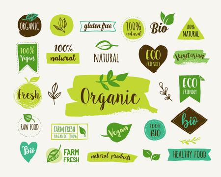 Bio, Ecologie, logos et icônes organiques, les étiquettes, les étiquettes. tiré par la main badges alimentaires bio, sains ensemble de cru, végétalien, signes d'aliments sains, organiques et éléments définis