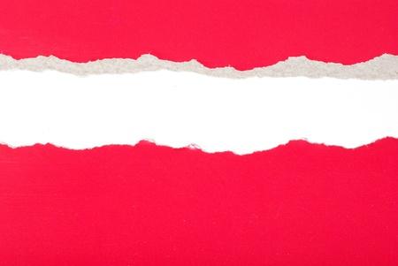 agujero en el papel con lados desgarrados