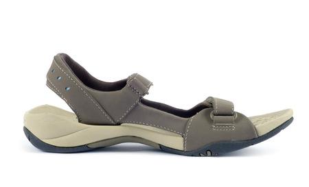 sandalias: sandalias femeninas sobre fondo blanco