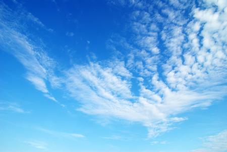 cielo despejado: nubes en el cielo azul