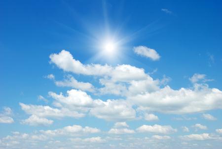 himmel mit wolken: Wolken in den blauen Himmel Lizenzfreie Bilder