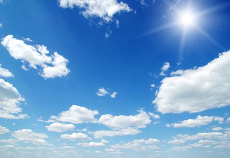 modrý: mraky na modré obloze