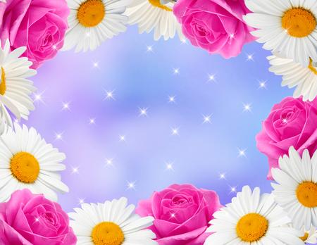 marco cumpleaños: Margaritas con las rosas rosadas y brillantes estrellas sobre fondo azul Foto de archivo