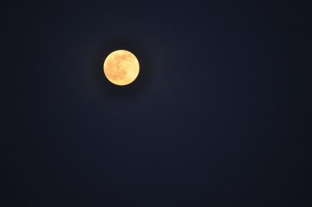 Le beau ciel noir de paysage avec la lune Banque d'images