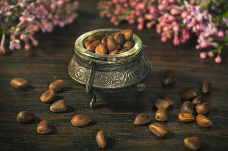 pignons de pin: pignons de pin dans un bol ancienne