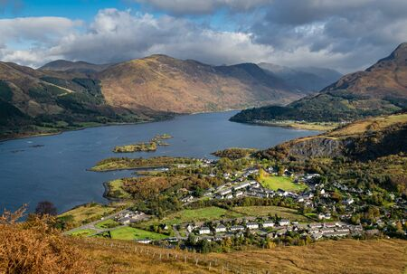 Autumn view of Scottish village of Ballachulish and Loch Leven in famous Glen Coe in Scottish Highlands. Stockfoto