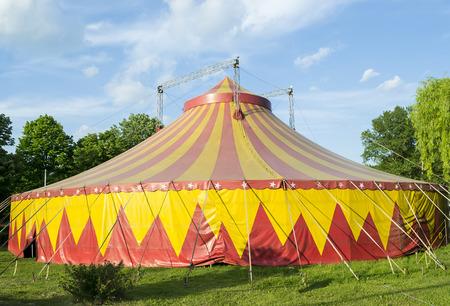 Tienda de circo en colores rojos y amarillos instalados para las representaciones en un parque
