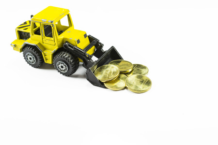 cargador frontal: Juguete Maqueta de una maquinaria de construcci�n cargador frontal sacando dinero, en blanco