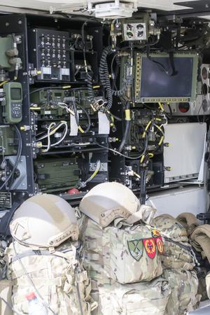 通信: 通信およびデータ伝送のための複数の電子機器と装甲車インテリア 写真素材