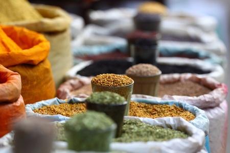 comida arabe: Las especias del mercado tradicional en la India.