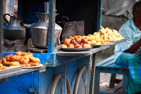 Traditional India food on the street. Standard-Bild