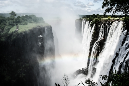 zimbabwe: Arco iris sobre las Cataratas Victoria en el r?o Zambezi, en la frontera de Zambia y Zimbabwe (HDR)