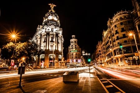 夜マドリード, スペイン (HDR イメージ) で通りのトラフィック 写真素材