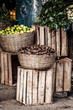 Fruits and vegetables at a farmers market 版權商用圖片 - 17717454