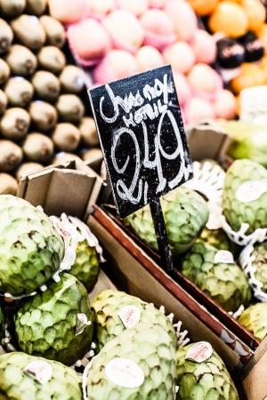central market: Chirimoyas frescas verdes en el Mercado Central, Barcelona, ??Espa�a.