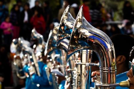instrumentos musicales: Trombones juegan en una big band. Foto de archivo