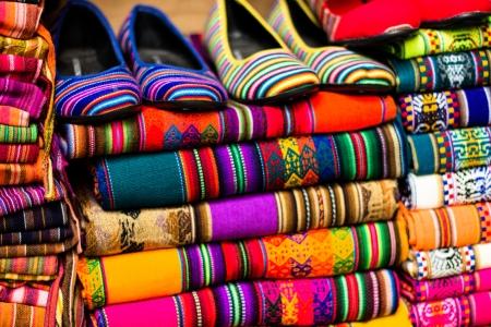 Bunte Stoff am Markt in Peru, Südamerika Standard-Bild - 20396308