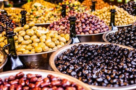 Asortyment oliwki na rynku, Tel Aviv, Izrael