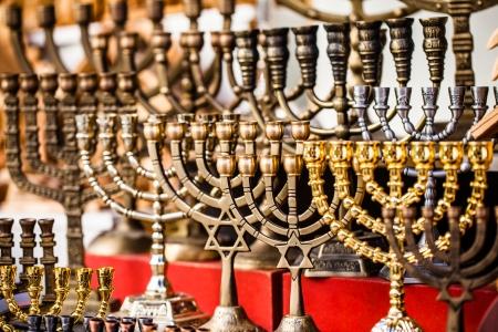 hanoukia: Menorah en vente dans la boutique dans le vieux march� de la ville de J�rusalem. Hanoukka f�te juive est observ�e pour huit jours et des nuits.