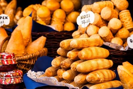 highlander: Polaca tradicional queso ahumado oscypek el mercado al aire libre en Cracovia, Polonia.