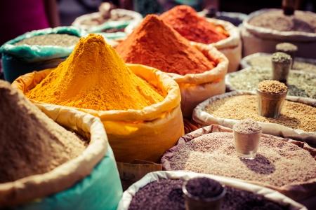 especias: Especias de colores de la India en el mercado local. Foto de archivo