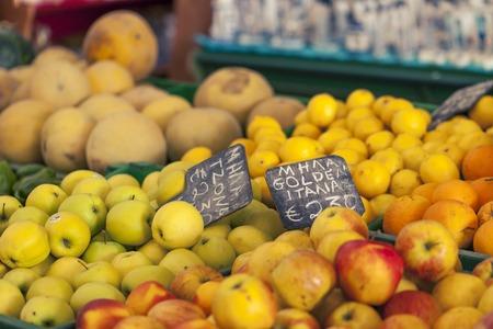 sold small: Piccole mele rosse in venduti al mercato locale in Grecia centrale