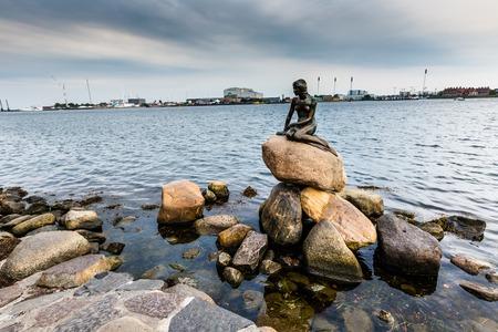 De Kleine Zeemeermin is een bronzen standbeeld van Edvard Eriksen, afbeelding van een zeemeermin. Het beeld wordt weergegeven op een rots aan de waterkant bij de Langelinie promenade in Kopenhagen, Denemarken Redactioneel