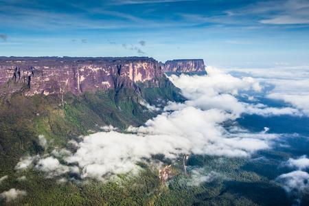 Blick von der Roraima Tepui auf Kukenan Tepui im ??Nebel - Venezuela, Lateinamerika Standard-Bild