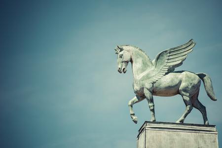 pegasus: estatua de Pegaso en el techo de la ópera en Poznan POLONIA Foto de archivo