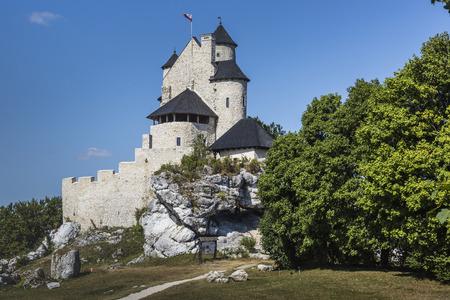 medieval: castillo medieval hermosa en el día soleado sobre el cielo azul, Bobolice, Polonia