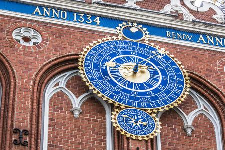 cronologia: Detalle del reloj astron�mico en la casa de puntos negros, Riga, Letonia