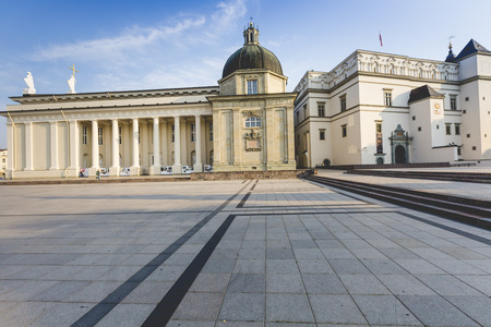 religion catolica: La Catedral de Vilnius es la principal catedral católica de Lituania. Está situado en el casco antiguo de Vilnius, justo al lado de la Plaza de la Catedral. Es el corazón de la vida espiritual católica en Lituania.