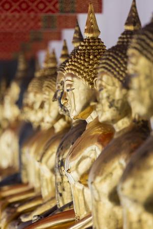 cabeza de buda: Las im�genes de Buda en Wat Pho o Wat Phra Chetupon Vimolmangklararm, Bangkok, Tailandia Foto de archivo