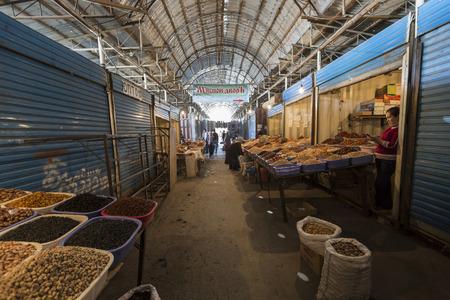 kyrgyzstan: Bishkek - 27 de septiembre, 2015: mercado de los domingos. Editorial