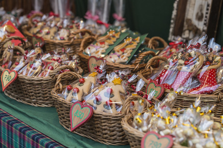 Gingerbread hearts in wicked basket at Budapest Christmas market. 版權商用圖片 - 49647075