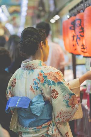 Las mujeres japonesas usan un traje tradicional llamado Kimono