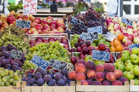 Pommes vertes et rouges sur le marché local à Copenhague, Danemark. Banque d'images - 54440235