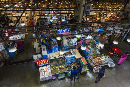 fischerei: SEOUL - 23. Oktober 2016: Luftaufnahme der Käufer bei Noryangjin Fischerei Großmarkt Die 24-Stunden-Markt hat mehr als 700 Verkaufsstände mit frischen und getrockneten Meeresfrüchten. Editorial