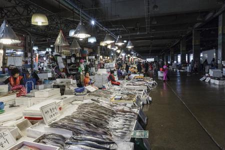 fischerei: SEOUL - 23. Oktober 2016: Ansicht der Käufer bei Noryangjin Fischerei Großmarkt Die 24-Stunden-Markt hat mehr als 700 Verkaufsstände mit frischen und getrockneten Meeresfrüchten. Editorial